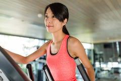 亚洲美好的白种人中国户内跑步混合模型种族运行的微笑的踏车妇女年轻人的俱乐部种族女性健身体操愉快的健康 库存照片