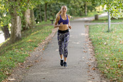 亚洲美好的白种人日种族健身跑步的马拉松混合模型室外公园连续体育运动夏天阳光培训妇女 免版税库存照片