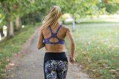 亚洲美好的白种人日种族健身跑步的马拉松混合模型室外公园连续体育运动夏天阳光培训妇女 免版税图库摄影