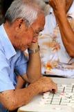 亚洲老人使用是 免版税库存照片