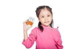 亚洲聪明的小女孩戏剧立方体 库存图片