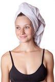 亚洲背景美丽的秀丽照相机关心白种人女性头发查出看起来混合模型多种族理想的种族皮肤温泉毛巾处理佩带的白人妇女年轻人 免版税库存图片