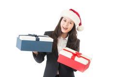 亚洲背景美好的白种人圣诞节礼品帽子藏品查出混合模型纵向圣诞老人微笑的佩带的白人妇女 免版税库存图片
