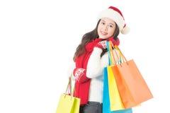 亚洲背景请求白种人中国圣诞节女性礼品愉快的帽子藏品查出的混合模型种族红色圣诞老人购物微笑的佩带的白人妇女 免版税库存照片