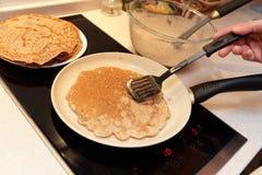 亚麻膳食薄煎饼的准备 免版税库存图片