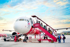 亚洲航空搭乘飞机 免版税库存图片
