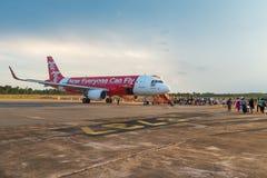 亚洲航空的空中客车飞机装货乘客 库存图片