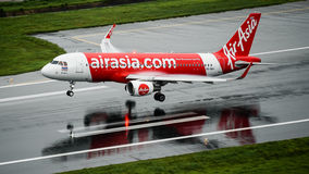 亚洲航空空中航线飞机着陆在雨中止以后的普吉岛 免版税库存照片