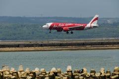 亚洲航空飞机在2016年4月3日的伍拉・赖国际机场登陆了在巴厘岛,印度尼西亚 免版税库存图片