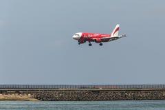 亚洲航空飞机在2016年4月3日的伍拉・赖国际机场登陆了在巴厘岛,印度尼西亚 免版税库存照片