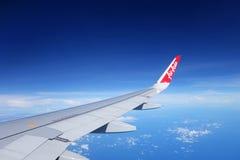亚洲航空飞行在天空从樟宜机场,新加坡的飞行 免版税库存图片
