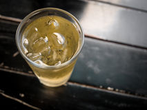 亚洲茶和酒精与冰和黑暗的木桌 免版税库存图片