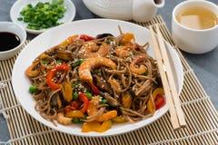 亚洲荞麦面条用海鲜和菜 免版税库存图片