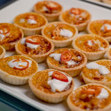 亚洲融合食物蒸了与咖喱酱的鱼在馅饼 免版税库存照片