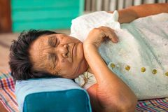 亚洲资深妇女睡觉 免版税图库摄影
