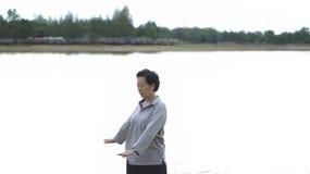 亚洲资深年长实践Taichi,启功锻炼室外n 图库摄影