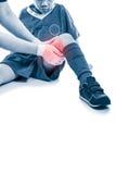 亚洲足球运动员大腿痛苦,隔绝在白色背景  免版税库存图片