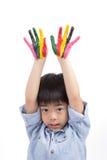 亚洲逗人喜爱的男孩培养他五颜六色的手到天空里 免版税库存照片