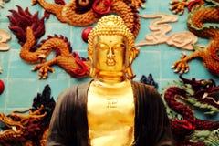 亚洲金黄释迦牟尼雕象,在中国佛教寺庙的佛教雕象 免版税库存照片