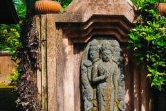亚洲雕象在庭院里 免版税库存照片