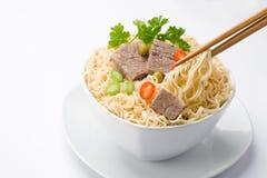 亚洲面条和筷子 免版税库存照片