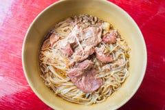 亚洲面条用在碗的被炖的猪肉 免版税库存照片