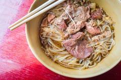 亚洲面条用在碗的被炖的猪肉 免版税库存图片