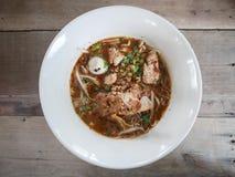 亚洲面条用猪肉和猪肉球, Kuay Teow Rua 图库摄影