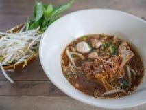 亚洲面条用猪肉和猪肉球, Kuay Teow Rua 免版税库存图片
