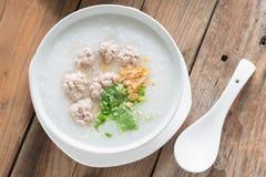 亚洲鞠躬用在白色碗的剁碎的猪肉 顶视图 库存图片