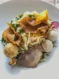 亚洲食物街道 特写镜头与红色蜂蜜烤猪肉炭灰siu的鸡蛋面、炭灰siew和鱼丸子和被油炸的饺子 库存图片