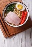 亚洲食物:拉面面条用猪肉和鸡蛋在碗 垂直 图库摄影