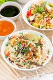 亚洲食物-与菜和绿色,炒饭的面条 免版税库存照片