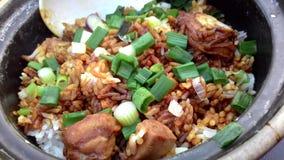 亚洲鸡claypot蛋食物米蔬菜 库存照片