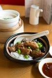 亚洲鸡claypot蛋食物米蔬菜 库存图片