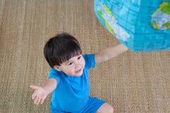 亚洲,混合的族种捉住inflatab的小孩男孩 免版税图库摄影
