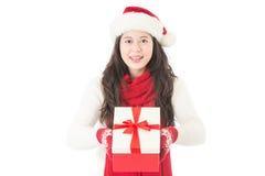 亚洲背景美好的白种人圣诞节逗人喜爱的礼品帽子查出混合模型纵向显示微笑的佩带的白人妇女的圣诞老人 免版税库存图片