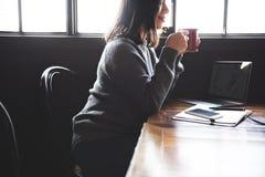 亚洲Enjoying Cup Coffee Cafe夫人概念 免版税图库摄影
