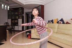 亚洲hooping的hula孩子 免版税库存照片