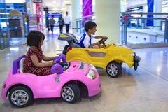 亚洲sibbling的骑马汽车 免版税库存照片