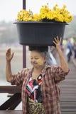 亚洲womenSangkhlaburi,泰国- 2014年11月21日 库存照片