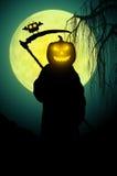 死亡剪影 背景黑暗的守护程序万圣节做男性晚上纵向称呼吸血鬼 库存图片