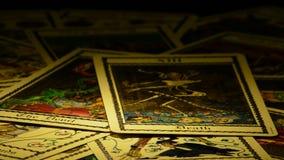 死亡占卜用的纸牌和回旋,在自转的恶魔 股票视频