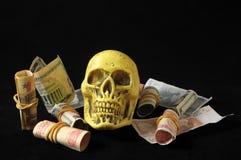 死亡和金钱概念头骨和货币 库存图片