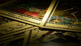 死亡转动,在自转的占卜用的纸牌的蚂蚁恶魔 影视素材