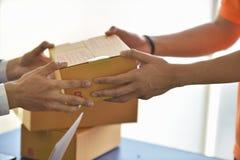 交付事务和网上送货业务 事务开始SME概念 库存照片