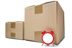 交付卡片盒和红色时钟没有拨号盘在被隔绝的白色背景与阴影 delive准时货物和的岗位的概念 免版税库存照片