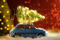交付圣诞节或新年树的圣诞老人 免版税库存照片