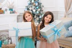 交付圣诞节礼物 有xmas礼物的逗人喜爱的小孩女孩 新年好 愉快的女孩姐妹 免版税库存图片