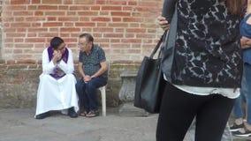交代对天主教教士的虔诚的老人在教会墙壁外 影视素材